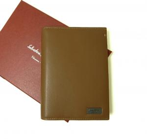 サルヴァトーレフェラガモ パスポートケース メンズ ナッパレザー (ブラウン)